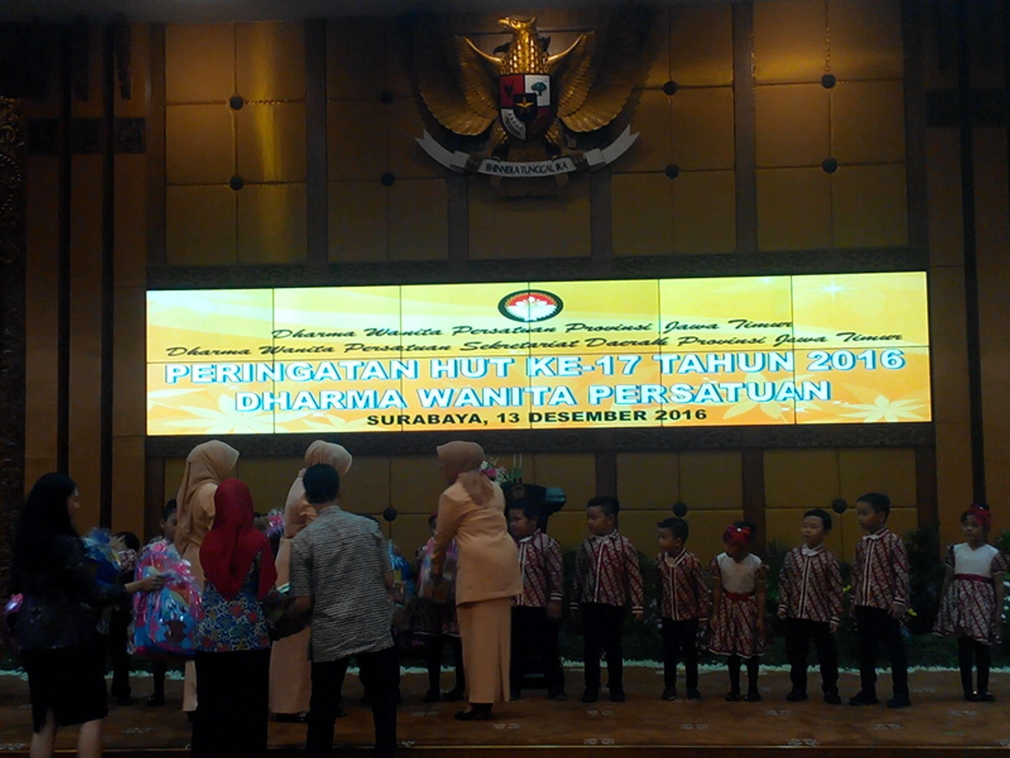 Ibu Hj. Nina Kirana Soekarwo menyerahkan bingkisan kepada siswa siswi TK Pertiwi Teladan