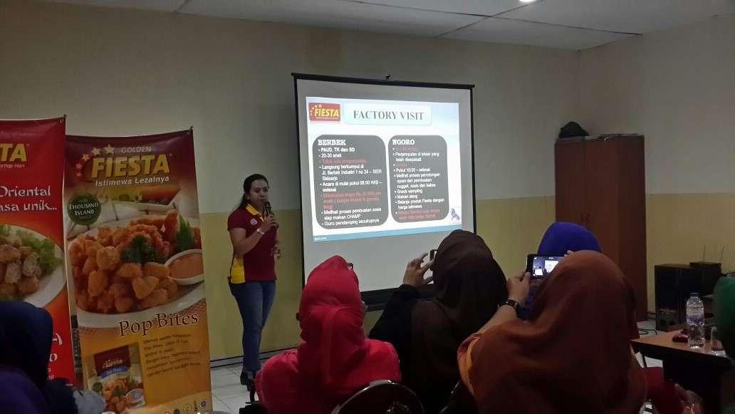 rombongan mengikuti presentasi tentang profil pabrik PT. Charoen Phokpand Indonesia, Tbk